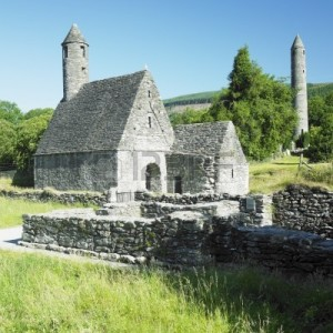 Noen av ruinene av den monastiske byen Glendalough som vokste opp der etter St Kevin