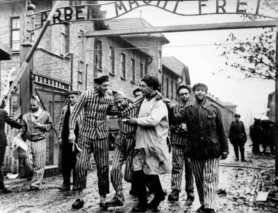 """Liberation by Soviet soldiers surviving prisoners of Auschwitz (Auschwitz). Above the gate of the camp is the famous sign-slogan """"Arbeit macht frei» (Arbeit macht frei), which means - """"Work makes you free"""". Concentration released January 27, 1945 part of the 100th Infantry Division of General Fyodor Krasavina. 1st Ukrainian Front."""