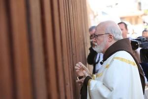 Cardinal Sean O'Malley of Boston distributes communion at the Mexican border.