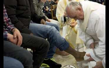 Pope Francis washes the foot of a prison inmate during the Holy Thursday Mass of the Lord's Supper at Rome's Casal del Marmo prison for minors 28/3/14