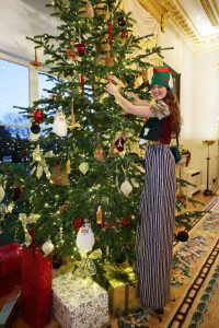 The President had some long-legged help to put up the decorations on his Christmas trees. (Pic Maxwells)